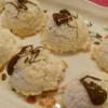 Kokos macaroons bezveze poprskani crnom čokoladom